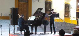 La noche calurosa del sábado 24 de Junio se llenó con los sonidos del piano y del violín de dos jóvenes intérpretes